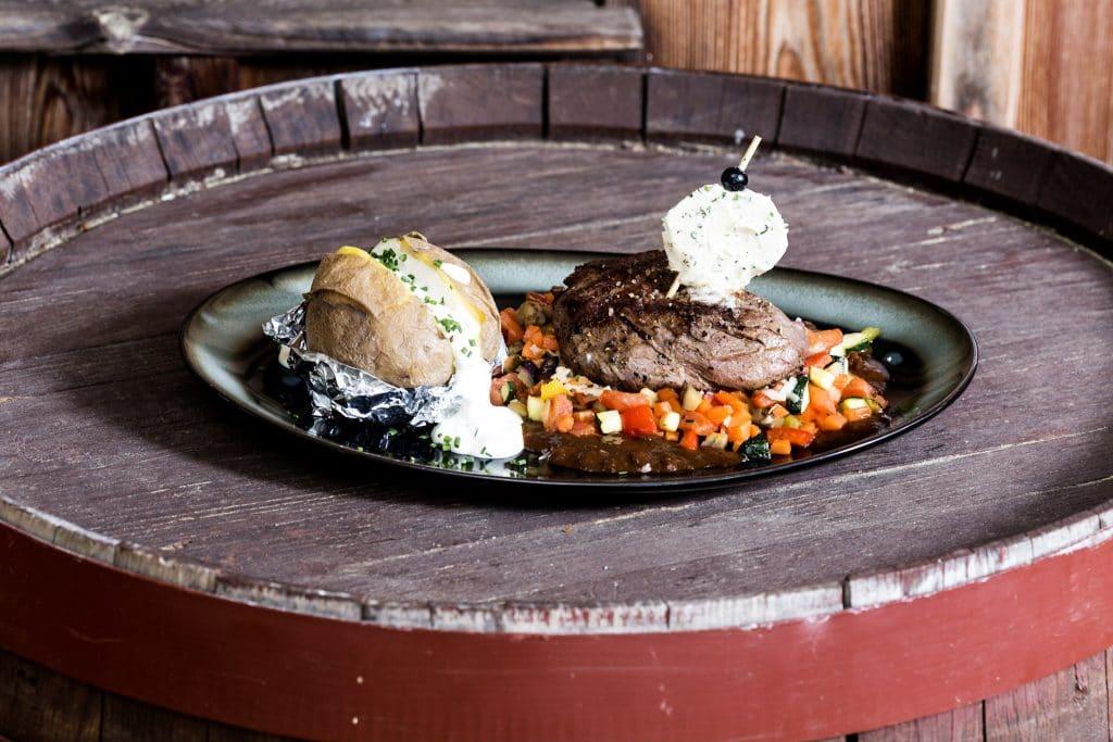 Filetsteak mit Ofenkartoffel und Grillgemüse
